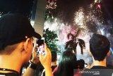 Ribuan warga Palangka Raya abadikan pesta kembang api