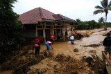 Relawan PMI Kabupaten Bogor, Jabar saat menerobos pekatnya lumpur di lokasi banjir dan tanah longsor yang menerjang daerah ini. (Antara/HO/Humas PMI)