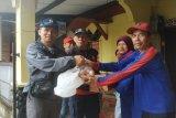 PMI Kota Depok, Jabar menyerahkan bantuan berupa sembako untuk warga korban banjir. (Antara/HO/Humas PMI)