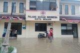 Personel PMI Kota Bekasi saat mengevakuasi anak-anak yang menjadi korban bencana banjir. (Antara/Ho/Humas PMI)