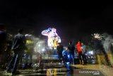 Sejumlah warga menikmati suasana malam pergantian tahun di kawasan Patung Bekantan, Banjarmasin, Kalimantan Selatan, Selasa (01/01/2020). Pemerintah Kota Banjarmasin mengeluarkan himbauan tidak menyalakan kembang api dan melakukan kegiatan keagamaan saat perayaan malam pergantian tahun baru 2020 meski adanya himbauan tersebut warga menikmati malam pergantian tahun dengan bersantai di sejumlah tempat wisata di Kota Banjarmasin. Foto Antaranews Kalsel/Bayu Pratama S.