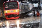 Perjalanan KRL terganggu  akibat banjir