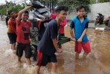 Berkah Banjir,  Tegar raup untung dengan gerobak
