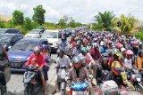 Belasan ribu wisatawan berlibur di Pantai Bugam Raya