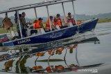 Menteri Kelautan dan Perikanan  Edhy Prabowo (kedua kanan) menaiki perahu untuk mengelilingi Waduk Cirata saat melakukan kunjungan kerja di perbatasan Kabupaten Bandung Barat dengan Kabupaten Purwakarta, Jawa Barat, Jumat (3/1/2020). Dalam kunjungan kerjanya, Edhy Prabowo melepaskan benih ikan di Waduk Cirata, meninjau keramba jaring apung, serta berdialog dengan masyarakat sekitar Waduk Cirata guna menyerap aspirasi masyarakat yang sebagian besar berprofesi sebagai nelayan. ANTARA JABAR/Raisan Al Farisi/agr