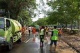 Delapan mobil tangki air dikerahkan bersihkan jalan dari lumpur