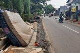Mainan ular raksasa dan kasur menumpuk di pinggir jalan Rawa Buaya
