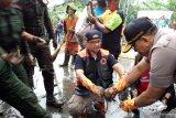 Anies kerja bakti bersama warga ditengah guyuran hujan