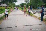 Jalan menuju wisata Kereng Bangkirai retak akibat hujan deras