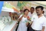 Menteri Pertanian Syahrul Yasin Limpo (kanan) meninjau stan produk pertanian saat