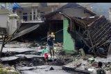 Warga keluar dari Kampung Muhara yang terisolir akibat jembatan putus, di Kecamatan Lebak Gedong, di Lebak, Banten, Minggu (5/1/2020). Sebagian warga masih enggan diungsikan ke tempat yang lebih aman dengan alasan ingin menjaga harta mereka padahal petugas kesulitan mengirim bantuan karena jembatan penghubung ke lokasi itu putus akibat longsor. ANTARA FOTO/Weli Ayu Rejeki/nym.
