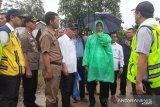 Jokowi kenakan jas hujan plastik Rp10 ribu nan praktis