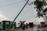 Angin puting beliung robohkan 15 tiang listrik di Baubau