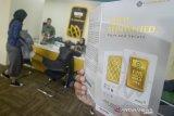 Petugas melayani warga yang akan menjual emasnya di Butik Emas Logam Mulia Antam, Bandung, Jawa Barat, Rabu (8/1/2020). Harga emas melonjak ke level tertinggi dalam tujuh tahun terakhir sebesar 1,1 persen pada 1,568,19 dolar AS per ounce di pasar spot Rabu (8/1/2020), dampak dari tewasnya seorang komandan penting Iran oleh tentara AS yang memicu kekhawatiran akan konflik yang lebih luas di Timur Tengah. ANTARA JABAR/Raisan Al Farisi/agr