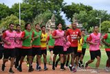 Pesepak bola Bali United melakukan pemanasan saat latihan ketahanan fisik di GOR Ngurah Rai, Denpasar, Bali, Rabu (8/1/2020). Klub Bali United melakukan latihan intensif menjelang laga tandang perdananya di Liga Champions Asia 2020 menghadapi klub Tampines Rovers Singapura pada 14 Januari 2020. Antaranews Bali/Nyoman Budhiana.