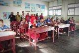 Dibantu PT Maju Aneka Sawit, murid SD ini tak lagi lesehan di lantai