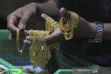 Pekerja mengumpulkan kerajinan perhiasan lapis emas sebelum dipasarkan di Indramayu, Jawa Barat, Jumat (10/1/2020). Pengusaha perhiasan lapis emas mengeluhkan mahalnya harga emas murni untuk bahan baku pembuatan perhiasan tersebut sehingga mereka terancam gulung tikar. ANTARA JABAR/Dedhez Anggara/agr