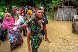 Personel gabungan TNI-POLRI mengevakuasi warga akibat banjir karena tanggul Sungai Tuntang jebol di Desa Trimulyo, Guntur, Kabupaten Demak, Jawa Tengah, Kamis (9/1/2020). Menurut data Badan Penanggulangan Bancana Daerah (BPBD) Demak, tidak ada korban jiwa dalam peristiwa banjir yang merendam ratusan rumah warga tersebut. ANTARA FOTO/Aji Styawan/nz.
