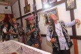 Sejumlah kerabat menari melewati jenazah seorang warga Suku Dayak Taman Kapuas Hulu saat melaksanakan upacara adat kematian Mandaria'i di rumah duka di Pontianak, Kalimantan Barat, Jumat (3/1/2020) malam. Upacara Adat Mandara'i yang dilakukan dengan cara menari melewati jenazah selama tiga hari berturut-turut tersebut merupakan wujud penghormatan kepada mendiang yang telah meninggal dunia. ANTARA FOTO/Jessica Helena Wuysang/wsj.