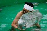 Warga Jepang  lakukan ritual mandi es tahunan