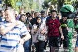 Menteri Pertanian (Mentan) Syahrul Yasin Limpo (kedua kanan) berolah raga saat car free day Dago di sela-sela kunjungan kerja di Bandung, Jawa Barat, Minggu (12/1/2020). Dalam kunjungan kerja tersebut Menteri Pertanian menyoroti maraknya praktik alih fungsi lahan dan meminta dengan tegas kepada Kepolisian untuk menindak para pelaku alih fungsi lahan di sejumlah wilayah di Indonesia. ANTARA JABAR/M Agung Rajasa/agr