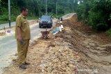 Longsor  di jalan menuju Bandara H Muhammad Sidik diperbaiki