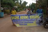 Jalan rusak parah, pemuda Pulau Buru bergotong royong perbaiki jalan