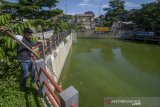 Seorang petugas mengambil sampah dari Kolam Retensi Sirnaraga di Bandung, Jawa Barat, Selasa (14/1/2020). Dinas Pekerjaan Umum (DPU) Kota Bandung berencana akan menambah kolam retensi di beberapa titik seperti Pasar Induk Gedebage dan Jalan Bima guna meminimalisir banjir yang kerap kali terjadi ketika musim hujan di kawasan tersebut. ANTARA JABAR/Raisan Al Farisi/agr