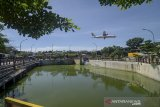 Sebuah pesawat komersial melintas di dekat Kolam Retensi Sirnaraga di Bandung, Jawa Barat, Selasa (14/1/2020). Dinas Pekerjaan Umum (DPU) Kota Bandung berencana akan menambah kolam retensi di beberapa titik seperti Pasar Induk Gedebage dan Jalan Bima guna meminimalisir banjir yang kerap kali terjadi ketika musim hujan di kawasan tersebut. ANTARA JABAR/Raisan Al Farisi/agr