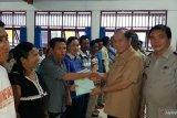 Wali Kota Bitung menyerahkan sertifikat tanah warga Pulau Lembeh