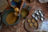 Pekerja membuat kue keranjang rumahan di Desa Banjaragung, Puri, Mojokerto, Jawa Timur, Kamis (16/1/2020). Kue keranjang tersebut rutin diproduksi menjelang tahun baru Imlek untuk memenuhi pesanan dari warga keturunan Tionghoa dengan harga Rp20 ribu per biji. Antara Jatim/Syaiful Arif/zk