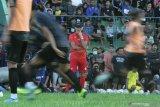Pelatih baru Arema FC, Mario Gomez memimpin latihan perdana usai diperkenalkan kepada publik di Stadion Gajayana, Malang, Jawa Timur, Kamis (16/1/2020). Arema mengontrak pelatih baru dari Argentina tersebut untuk memperbaiki performa tim sekaligus memenuhi target juara di Liga 1 serta Piala Indonesia agar bisa berkiprah dalam Piala AFC Cup. Antara Jatim/Ari Bowo Sucipto/zk