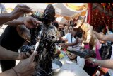 Warga membersihkan patung Dewa-Dewi di Vihara Dharmayana, Kuta, Bali, Sabtu (18/1/2020). Pencucian patung dewa dewi dan pembersihan bangunan vihara tersebut merupakan salah satu tradisi warga etnis Tionghoa sebagai persiapan menyambut Tahun Baru Imlek 2571. ANTARA FOTO/Fikri Yusuf/nym.