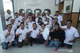 Foto bersama tim redaksi Perusahaan Umum Lembaga Kantor Berita Nasional (Perum LKBN) Antara Biro Kalsel pada rapat kerja tahun 2020 Perum LKBN Antara Biro Kalsel di Kantor Perum LKBN Antara Biro Kalsel, Banjarmasin, Kalimantan Selatan, Sabtu (18/1/2020). Perum LKBN Antara Biro Kalsel mengadakan rapat kerja tahun 2020 selama dua hari 17-18 Februari dengan tema For Our Better Future yang berarti demi masa depan yang lebih baik. Foto Antaranews Kalsel/Tony/Bay.