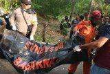 Tim SAR Lombok Timur mengevakuasi mayat dari sumur