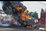 Petugas berusaha memadamkan api pada truk tangki pertamina yang terbakar ketika melakukan pengisian bahan bakar minyak (BBM) di SPBU 3446309 Batulawang, Desa Sukamukti, Kota Banjar, Jawa Barat, Senin (20/1/2020). ANTARA FOTO/Adeng Bustomi/nym.