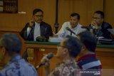 Terdakwa kasus suap Meikarta yang juga Sekretaris Daerah Jawa Barat nonaktif, Iwa Karniwa mendengarkan keterangan saksi saat menjalani sidang lanjutan dengan agenda pemeriksaan saksi di Pengadilan Tipikor, Bandung, Jawa Barat, Senin (20/1/2020). Dalam sidang tersebut, Jaksa KPK menghadirkan lima orang saksi dua diantaranya adalah terpidana kasus suap proyek Meikarta, Neneng Rahmi Nurlaili selaku Kabid Tata Ruang dan Kepala Dinas PUPR Pemkab Bekasi, Jamaludin. ANTARA JABAR/Raisan Al Farisi/agr
