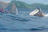 Kapal wartawan peliput kegiatan Presiden terbalik dihantam ombak di Labuan Bajo
