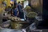 Pekerja menyelesaikan produksi keripik pedas di Sentra Keripik Pedas Cimahi, Jawa Barat, Rabu (22/1/2020). Imbas dari harga cabai yang melonjak hingga Rp 90 ribu per kilo, pengusaha mengatakan dalam sepekan ini modal usaha meningkat sekitar 40 persen dari Rp 16 juta per minggu menjadi Rp 26 juta per minggu. ANTARA JABAR/Raisan Al Farisi/agr
