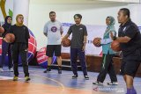 Sejumlah guru menunggu intruksi dari pelatih saat pelatihan dan pendidikan bola basket di GOR Arcamanik, Bandung, Jawa Barat, Rabu (22/1/2020). National Basketball Association (NBA) bekerjasama dengan Pemprov Jawa Barat menyelenggarakan program Akademi Pelatih Jr NBA dalam rangka melatih pelatih dan guru olahraga di Jabar untuk mempelajari standar pelatihan NBA di bawah arahan profesional. ANTARA JABAR/M Agung Rajasa/agr