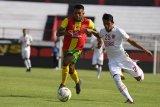 Pesepak bola PSM Makassar Leo Guntara (kanan) menggiring bola yang dihadang pesepak bola Lalenok United Timor Leste Francisco Minorino Savio (kiri) dalam pertandingan play off AFC Cup 2020 di Stadion I Wayan Dipta, Gianyar, Bali, Rabu (22/1/2020). PSM Makassar menang atas Lalenok United, Timor Leste dengan skor 4-1. Antaranews Bali/Nyoman Budhiana.