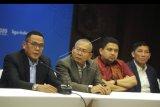 Direktur Utama PT Liga Indonesia Baru Cucu Somantri (kiri), Komisaris Utama Sonhaji (kedua kiri) bersama komisaris Munafri Arifuddin (kedua kanan) dan Ferry Paulus (kanan) memberikan keterangan usai Rapat Umum Pemegang Saham (RUPS) PT Liga Indonesia Baru (LIB) di kawasan Kuta, Badung, Bali, Kamis (23/1/2020). Pada RUPS tersebut, PT LIB memastikan kompetisi Liga 1 2020 akan dimulai pada 29 Februari mendatang dan menunjuk Cucu Somantri sebagai Direktur Utama PT LIB. ANTARA FOTO/Fikri Yusuf/nym.