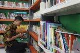 Perangkat desa menata buku di Perpustakaan Desa Berbasis Teknologi Digital di Kantor Desa Grudo, Ngawi, Jawa Timur, Kamis (23/1/2020). Perpustakaan desa inovatif tersebut didirikan untuk mempermudah masyarakat setempat dalam mengakses pengetahuan serta informasi karena sebagian besar penduduknya adalah petani yang juga aktif menggunakan gawai. Antara Jatim/Ari Bowo Sucipto/zk.