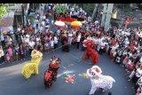 Sejumlah warga etnis Tionghoa menarikan Barongsai berkeliling kampung saat ritual tolak bala di kawasan Kuta, Bali, Jumat (24/1/2020). Ritual tolak bala tersebut dilakukan warga setempat sebagai upaya penyucian menyambut Tahun Baru Imlek 2571. ANTARA FOTO/Fikri Yusuf/nym.