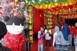 Sejumlah pengunjung berada di lampion warna-warni Imlek di Vihara Meitraya Cemara Asri, Medan, Sabtu (25/01/2020). Memeriahkan perayaan Tahun Baru Imlek 2020, salah satu vihara terbesar di kota Medan itu ramai dikunjungi wisatawan lokal dan mancanegara. (ANTARA/Syahril Sabirin)