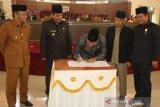 DPRD Sijunjung sahkan dua Ranperda jadi Perda, laksanakan dengan serius