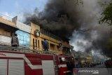Petugas Pemadam Kebakaran berupaya memadamkan api saat terjadi kebakaran Hotel 61 di kawasan padat pertokoan, Pasar Peunayung, Banda Aceh, Aceh, Senin (27/1/2020). Tujuh unit mobil pemadam kebakaran dikerahkan memnadamkan api yang bersumber di lantai tiga Hotel 61, tidak ada korban jiwa dalam kejadian itu, sedangkan penyebab kebakaran masih dalam penyelidikan aparat keamanan. Antara Aceh/Ampelsa.