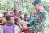 Prajurit TNI ajak anak-anak Kampung Kondo Merauke minum susu