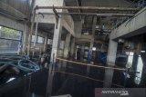 Seorang pekerja berada di dalam Instalasi Pengolahan Air Limbah (IPAL) Cisirung yang terendam banjir di Dayeuhkolot, Kabupaten Bandung, Jawa Barat, Selasa (28/1/2020). IPAL cisirung yang merupakan IPAL terpadu percontohan pertama di Indonesia yang dibangun sejak 1986 tersebut terendam banjir setinggi sejak Sabtu (25/1) akibat tingginya intensitas hujan di beberapa wilayah Bandung Raya. ANTARA JABAR/Raisan Al Farisi/agr