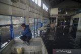 Seorang pekerja mendayung perahu untuk menuju ke dalam Instalasi Pengolahan Air Limbah (IPAL) Cisirung yang terendam banjir di Dayeuhkolot, Kabupaten Bandung, Jawa Barat, Selasa (28/1/2020). IPAL cisirung yang merupakan IPAL terpadu percontohan pertama di Indonesia yang dibangun sejak 1986 tersebut terendam banjir setinggi sejak Sabtu (25/1) akibat tingginya intensitas hujan di beberapa wilayah Bandung Raya. ANTARA JABAR/Raisan Al Farisi/agr